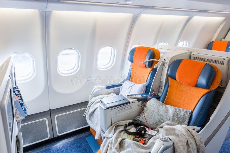 两把椅子准备睡觉在飞机沙龙(horisontal) 库存图片