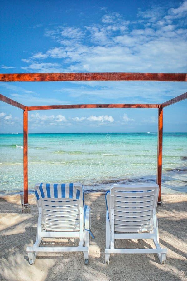 两把椅子海滩俯视的海洋 库存照片