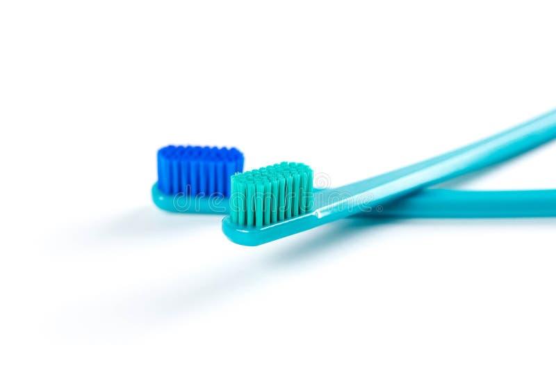 两把美丽的蓝色牙刷 关闭 背景查出的白色 库存图片