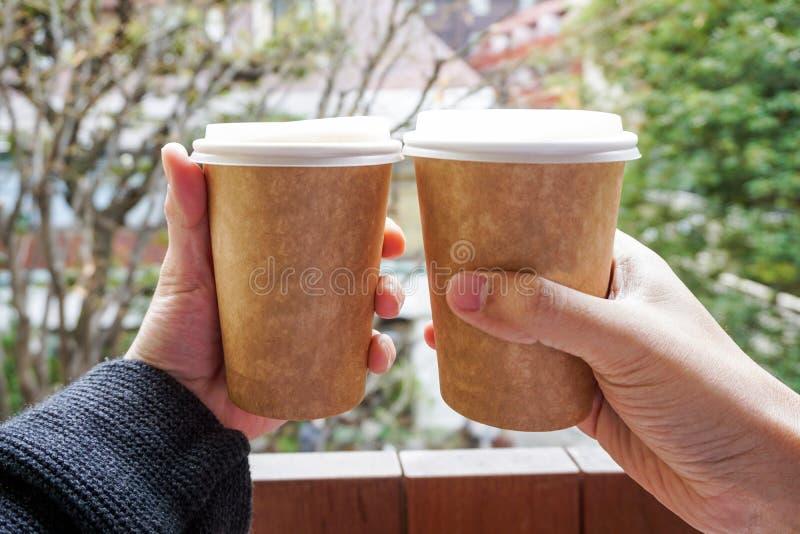 两拿着热的咖啡杯的手 免版税库存图片