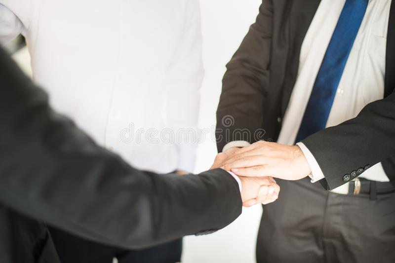 两握手展示的商人他们的协议签在他们的公司之间的合同 免版税库存照片