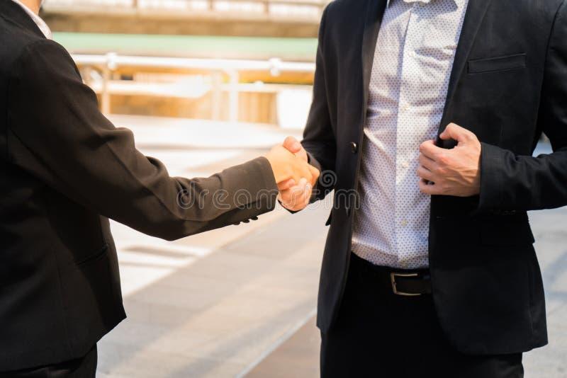 两握手展示的商人他们的协议签协议或合同在他们的企业/com之间 免版税图库摄影