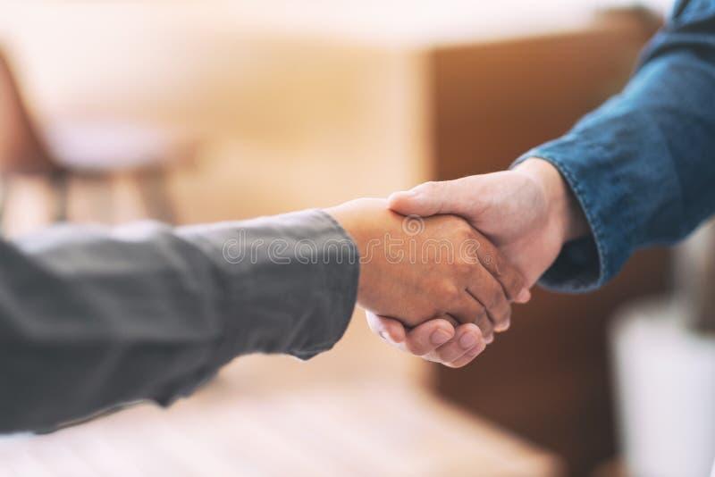 两握手的商人在会议以后 图库摄影