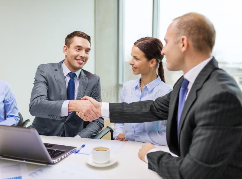 两握手的商人在办公室 免版税库存照片