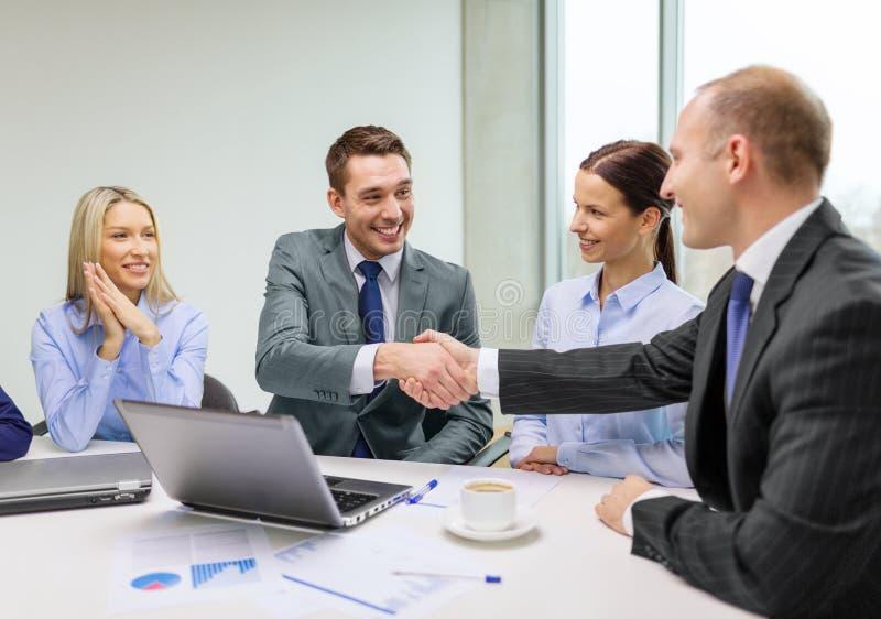 两握手的商人在办公室 免版税图库摄影