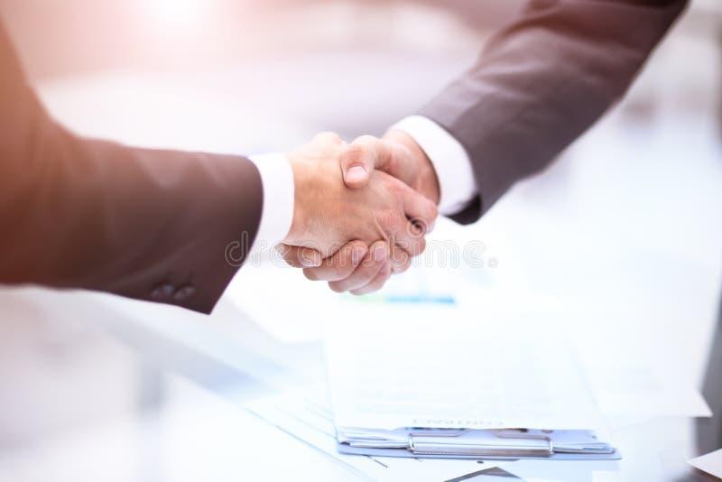 两握手的确信的商人在一次会议期间在办公室,成功,成交,招呼和伙伴概念 图库摄影