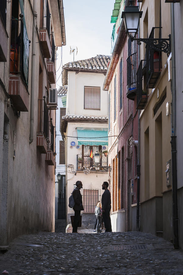 两摩洛哥人讲话在街道在Albaicín, Gr结束时 库存图片