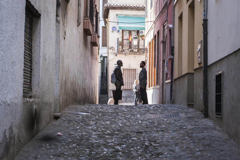 两摩洛哥人讲话在Albaicín的街道结束时 免版税库存图片