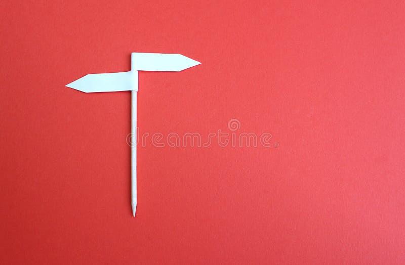 两旁边箭头标志背景由纸制成 免版税库存照片