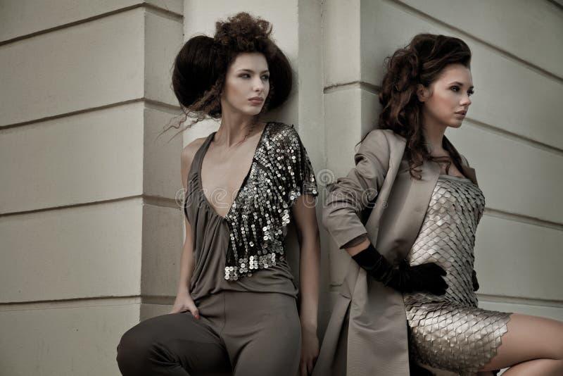 两有有吸引力的建筑学的华美的美丽的时髦的女人 图库摄影