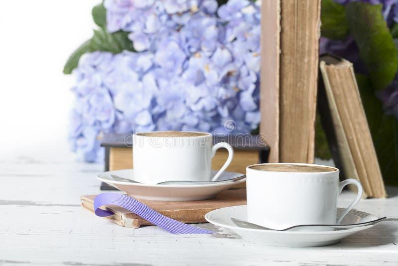 两本浓咖啡白色杯书 免版税库存图片