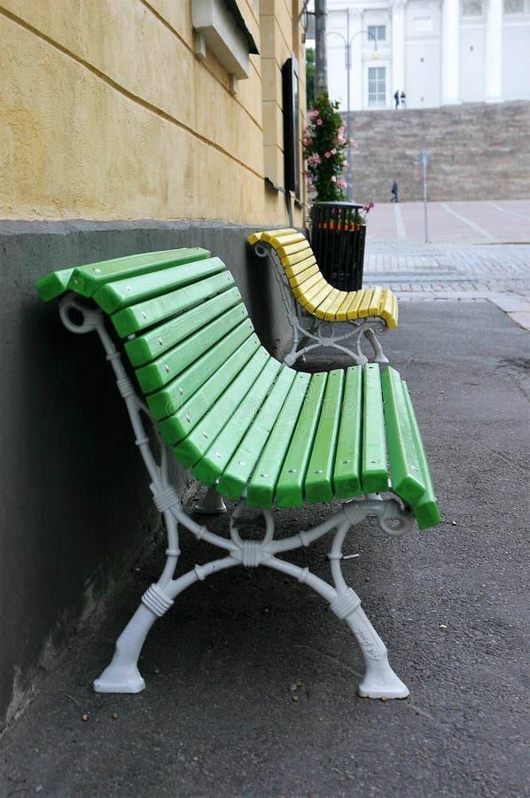 两条五颜六色的长凳在城市 库存图片