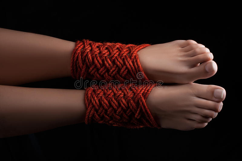 两条女性腿shibari 库存图片