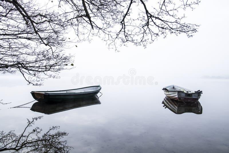 两条小船在安静的湖水中 免版税库存照片