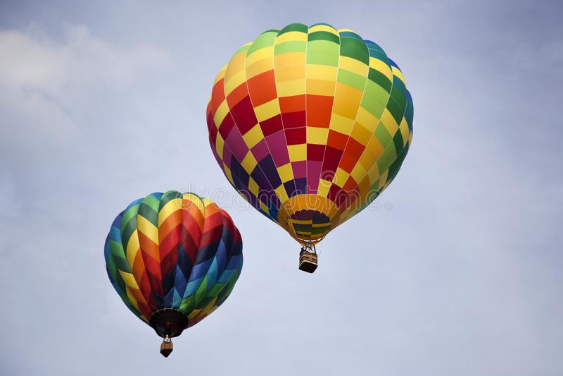 两条彩虹色的热空气迅速增加飞行 免版税库存图片