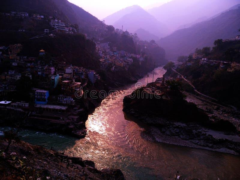 两条河在devprayag参观的成为的ganga 库存照片