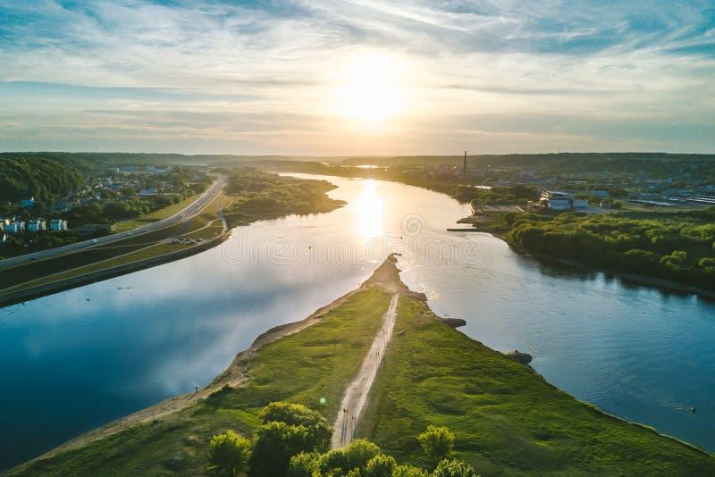 两条河Namunas和涅里斯河的合流在考纳斯老镇 免版税库存图片