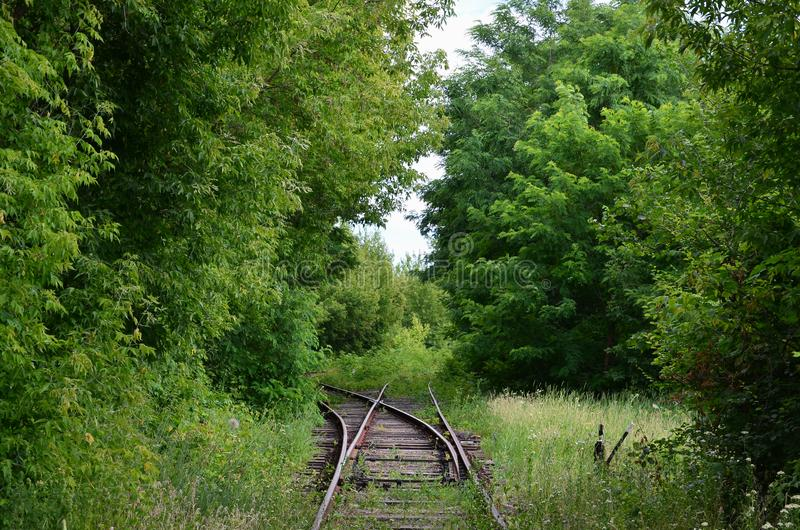 两条狭窄的铁路轨道,路轨,分歧道路,安置调动铁路射击者 图库摄影