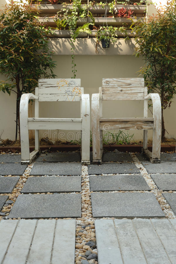 两条胳膊椅子在一点庭院里 库存图片