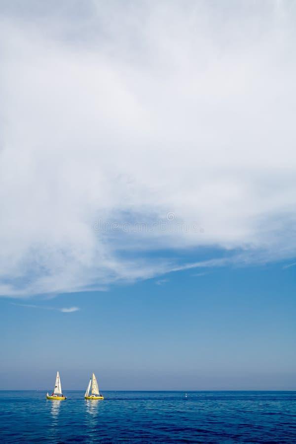 两条黄色双风船由在拖拉的风推挤了在Cavo,厄尔巴岛 图库摄影
