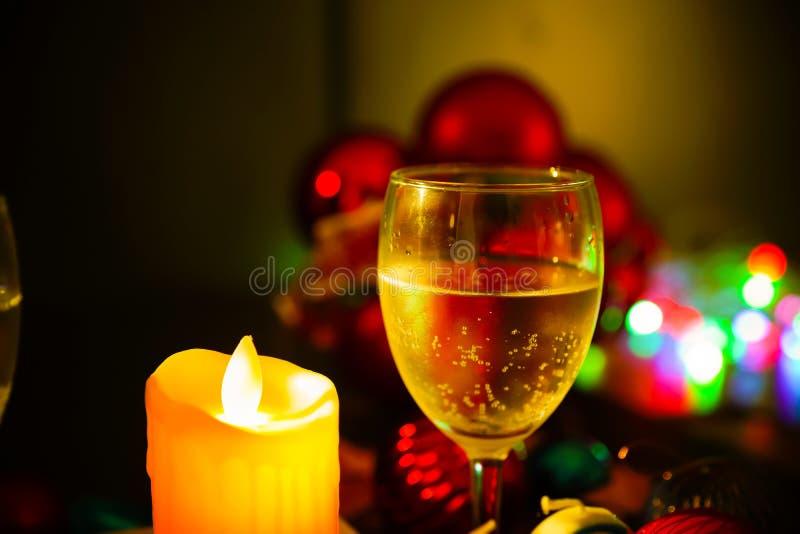 两杯与圣诞装饰的香槟 免版税库存照片