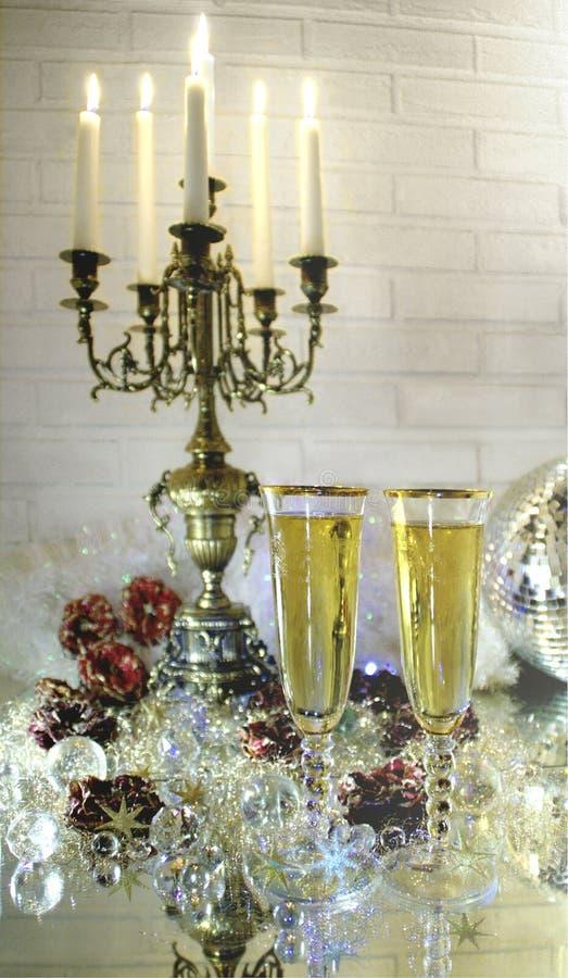 两杯与大烛台、闪烁和魅力的香槟在surronding 图库摄影