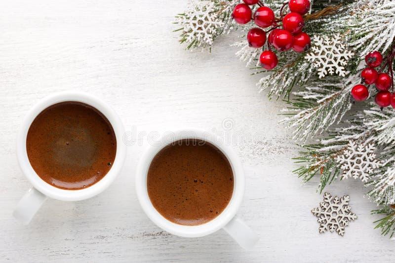 两杯咖啡和冷杉分支与在老木破旧的背景的圣诞节装饰 库存照片