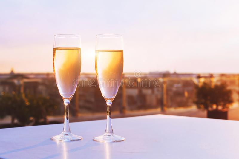 两杯在屋顶餐馆的香槟 免版税库存图片