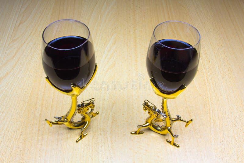 两杯在木背景的酒 免版税库存照片