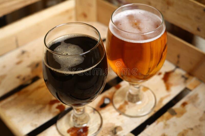两杯在条板箱的啤酒 库存图片