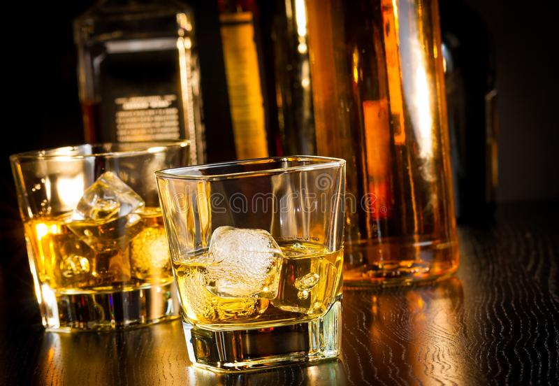 两杯在瓶前面的威士忌酒 图库摄影