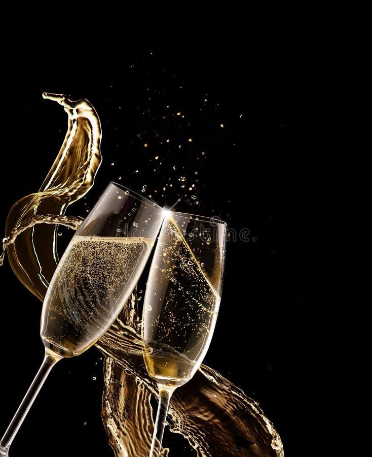 两杯在黑背景的香槟 免版税图库摄影
