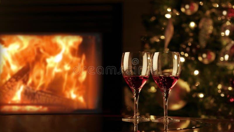 两杯由壁炉的红酒 在壁炉附近的舒适浪漫晚上 库存图片