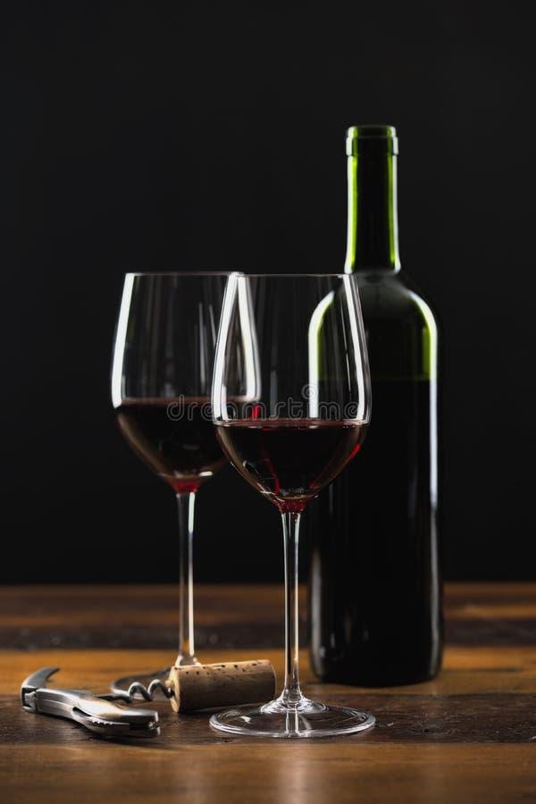 两杯红葡萄酒和瓶 库存照片