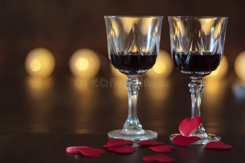 两杯红酒和心脏在一张木桌上 库存图片