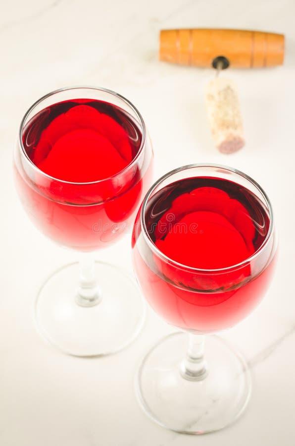 两杯红酒和拔塞螺旋在白色背景/两杯红酒和拔塞螺旋在白色背景 r 图库摄影