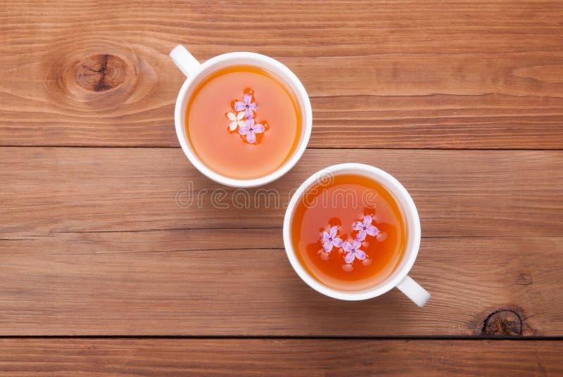两杯茶与淡紫色花的 库存照片