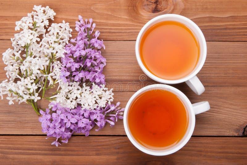 两杯茶和丁香花 免版税库存图片