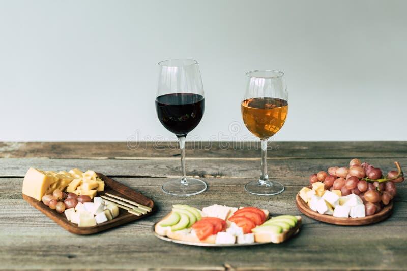 两杯酒和食物在a 免版税库存图片