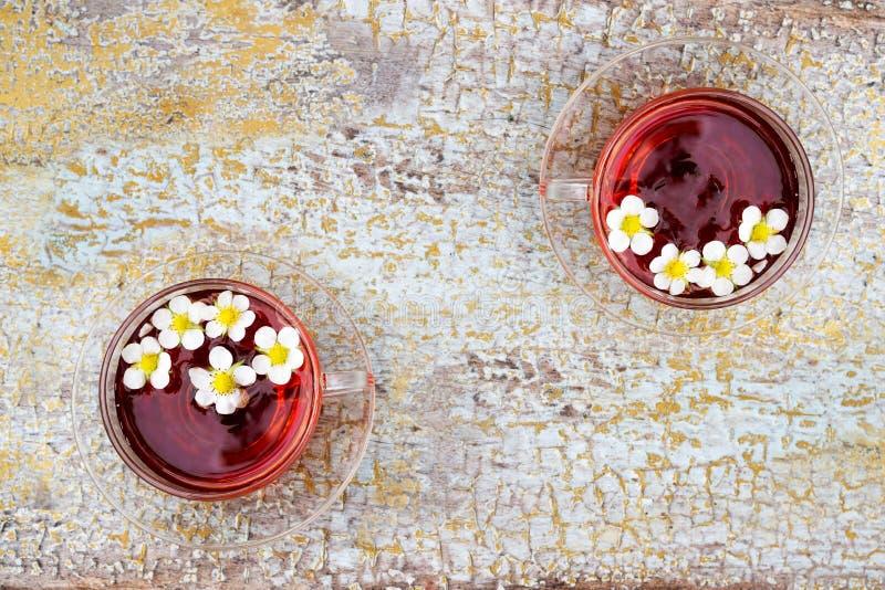 两杯玻璃茶老木表面上的 免版税库存图片