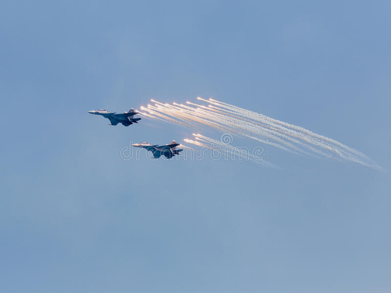 两枚战争喷气机发射反导弹 库存照片