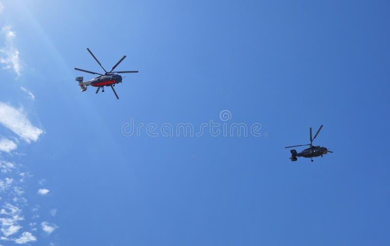 两架直升机在天空中飞行 库存照片