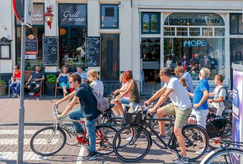 两栖 在城市街道上的骑自行车者 库存照片