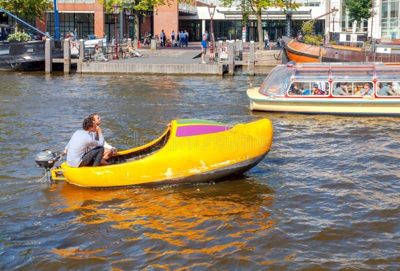 两栖 在运河的游览小船 库存图片