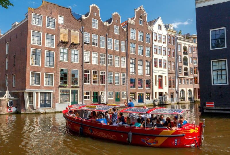 两栖 在运河的游览小船 免版税库存照片