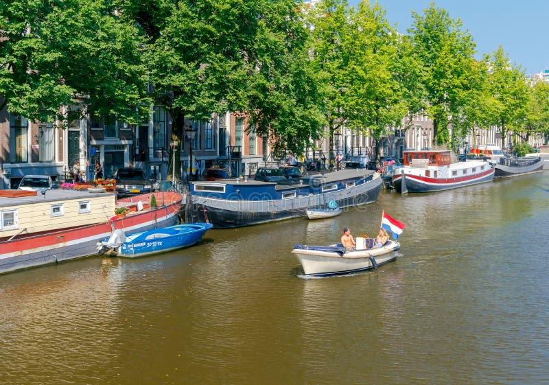 两栖 在运河的游览小船 库存照片