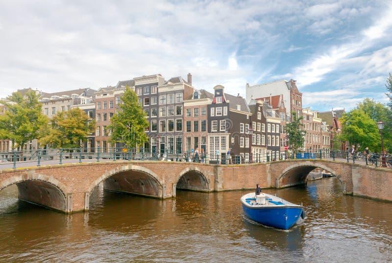 两栖 在运河的游览小船 免版税图库摄影