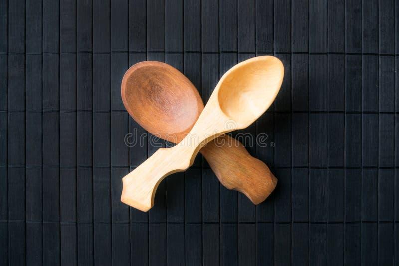 两横渡了从另外木头的空的手工制造木匙子和 库存图片