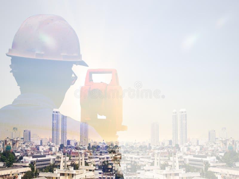 两次曝光人调查和土木工程师在地面工作站立在被弄脏的建筑工人的土地建筑工地  库存图片