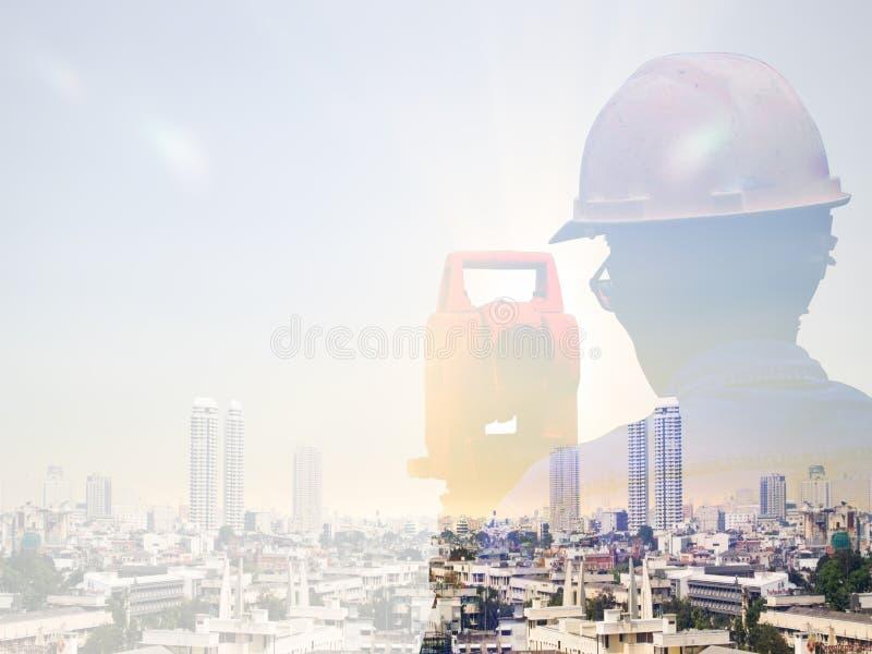 两次曝光人调查和土木工程师在地面工作站立在被弄脏的建筑工人的土地建筑工地  免版税图库摄影